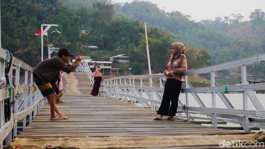 Potret Jembatan Bucin, Spot Foto Hits di Bandung Barat