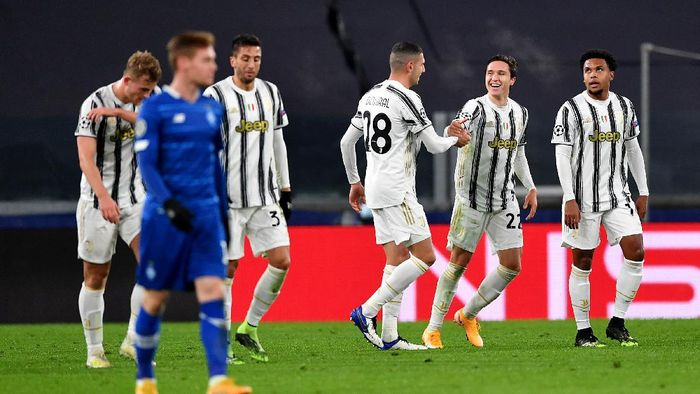 TURIN, ITALY - DECEMBER 02: Federico Chiesa (2R) of Juventus celebrates with team mate Merih Demiral (C) after scoring their sides first goal during the UEFA Champions League Group G stage match between Juventus and Dynamo Kyiv at Allianz Stadium on December 02, 2020 in Turin, Italy. Sporting stadiums around Italy remain under strict restrictions due to the Coronavirus Pandemic as Government social distancing laws prohibit fans inside venues resulting in games being played behind closed doors. (Photo by Valerio Pennicino/Getty Images)