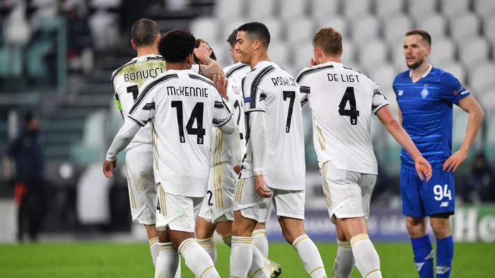 TURIN, ITALY - DECEMBER 02: Cristiano Ronaldo of Juventus celebrates with team mates Matthijs De Ligt, Weston McKennie and Leonardo Bonucci of Juventus after scoring their sides second goal during the UEFA Champions League Group G stage match between Juventus and Dynamo Kyiv at Allianz Stadium on December 02, 2020 in Turin, Italy. Sporting stadiums around Italy remain under strict restrictions due to the Coronavirus Pandemic as Government social distancing laws prohibit fans inside venues resulting in games being played behind closed doors. (Photo by Valerio Pennicino/Getty Images)