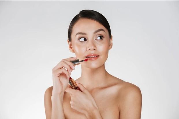 menggunakan lip gloss