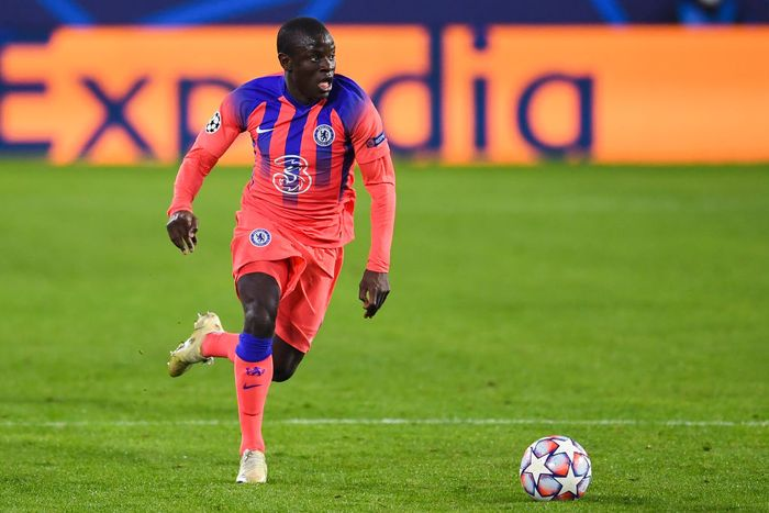SEVILLE, SPAIN - DECEMBER 02: NGolo Kanté of Chelsea FC runs with the ball during the UEFA Champions League Group E stage match between FC Sevilla and Chelsea FC at Estadio Ramon Sanchez Pizjuan on December 02, 2020 in Seville, Spain. (Photo by David Ramos/Getty Images)