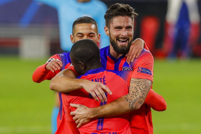 Chelseas Olivier Giroud celebrates after scoring his sides third goal with teammates during the Champions League group E soccer match between Sevilla and Chelsea at the Ramon Sanchez Pijuan stadium in Seville, Spain, Wednesday, Dec. 2, 2020. (AP Photo/Angel Fernandez)