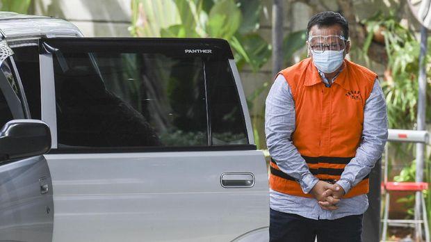Mantan Menteri Kelautan dan Perikanan Edhy Prabowo bersiap menjalani pemeriksaan di gedung KPK, Jakarta, Kamis (3/12/2020). Edhy Prabowo diperiksa penyidik KPK dalam perkara dugaan penerimaan suap perizinan tambak, usaha dan atau pengelolaan perikanan atau komoditas perairan sejenis lainnya tahun 2020. ANTARA FOTO/Hafidz Mubarak A/wsj.
