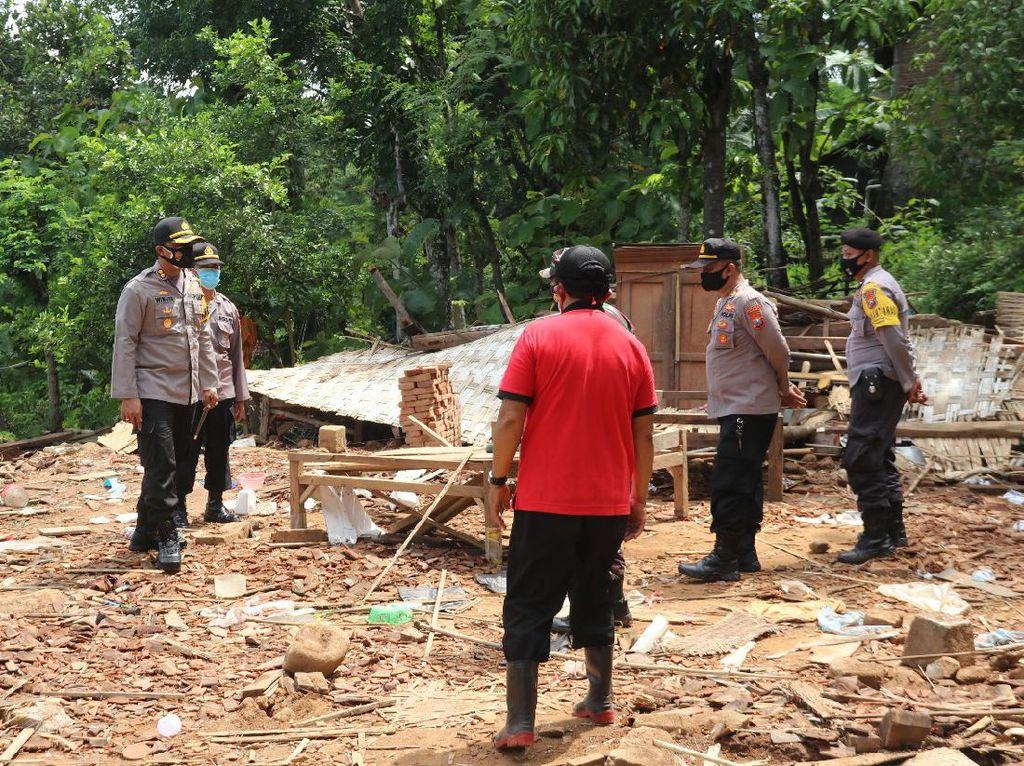 Hujan Disertai Angin Kencang Robohkan Sebuah Rumah di Ngawi