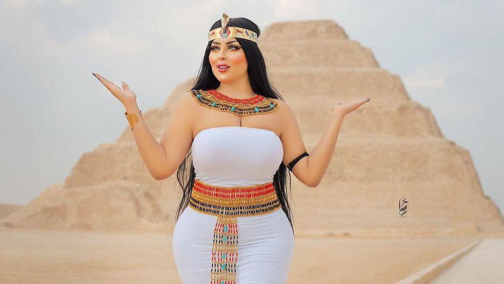 Foto: Model Seksi yang Nodai Kesakralan Piramida Mesir