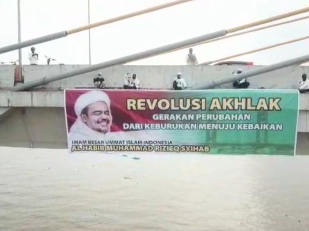 FPI Sumsel Ngaku Tak Tahu Pemasang Spanduk Habib Rizieq di Jembatan Ampera