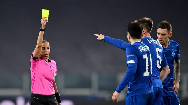 TURIN, ITALY - DECEMBER 02: Match Referee, Stephanie Frappart shows a yellow card during the UEFA Champions League Group G stage match between Juventus and Dynamo Kyiv at Allianz Stadium on December 02, 2020 in Turin, Italy. Sporting stadiums around Italy remain under strict restrictions due to the Coronavirus Pandemic as Government social distancing laws prohibit fans inside venues resulting in games being played behind closed doors. (Photo by Valerio Pennicino/Getty Images)
