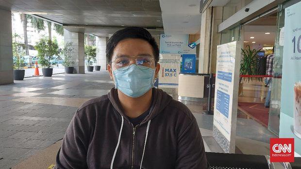 Karyawan toko ritel, Fahri (25) tak begitu peduli dengan pemangkasan libur akhir tahun karena dirinya tetap bekerja seperti biasa.