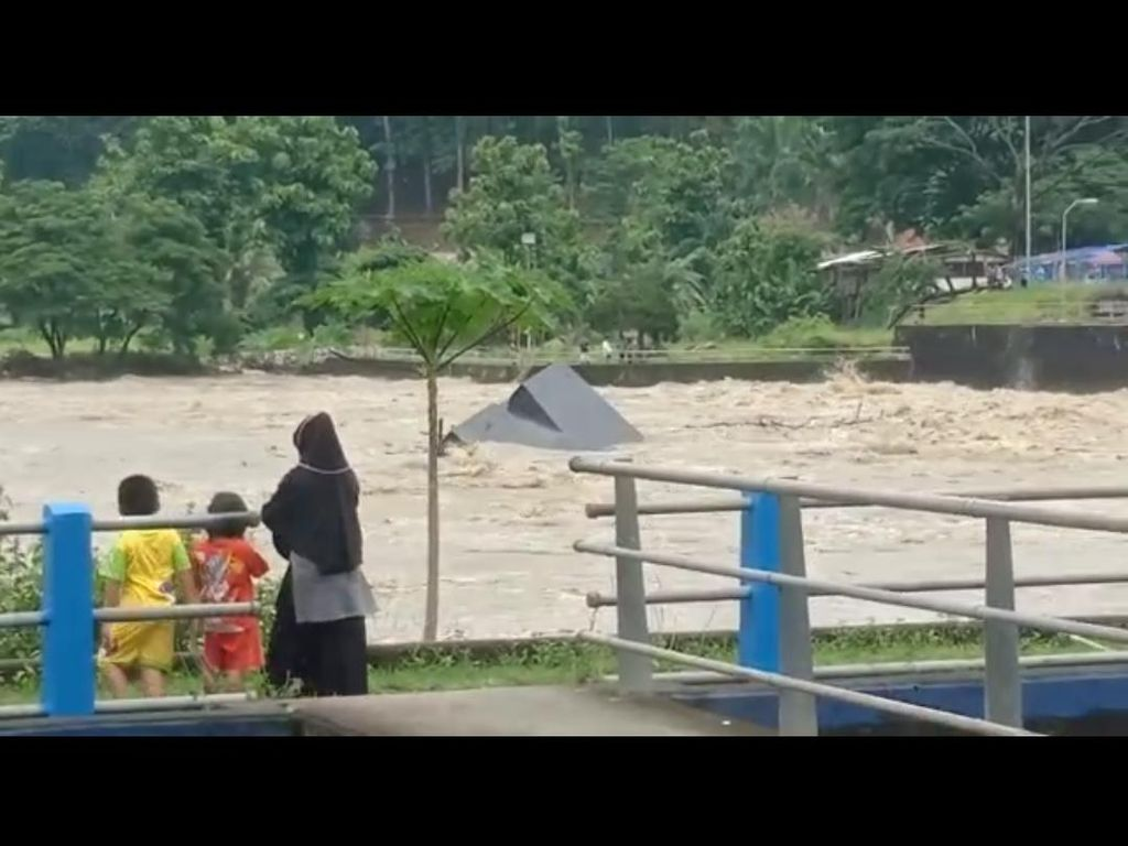 Viral Bendung Gerak Serayu Jebol, Kepala UPT: Itu Kapal Ponton Hanyut!