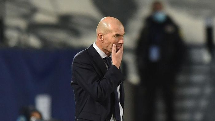 MADRID, SPAIN - OCTOBER 21: Zinedine Zidane, head coach of Real Madrid CF looks on during the UEFA Champions League Group B stage match between Real Madrid and Shakhtar Donetsk at Estadio Alfredo Di Stefano on October 21, 2020 in Madrid, Spain. (Photo by Denis Doyle/Getty Images)
