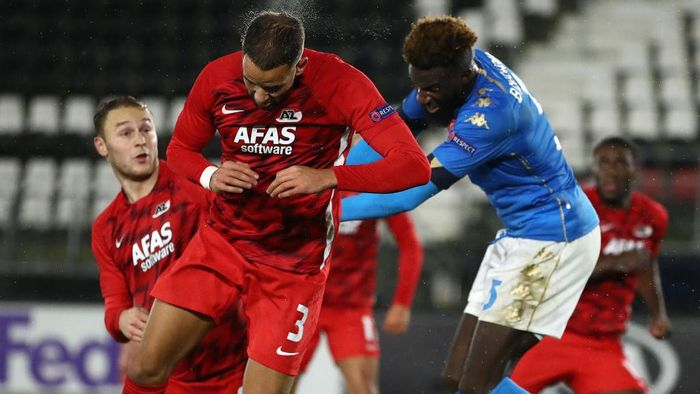 ALKMAAR, NETHERLANDS - DECEMBER 03: Pantelis Hatzidiakos of Alkmaar Zaanstreek battles for possession with Tiemoue Bakayoko of S.S.C. Napoli during the UEFA Europa League Group F stage match between AZ Alkmaar and SSC Napoli at AFAS-Stadium on December 03, 2020 in Alkmaar, Netherlands. Sporting stadiums around Netherlands remain under strict restrictions due to the Coronavirus Pandemic as Government social distancing laws prohibit fans inside venues resulting in games being played behind closed doors. (Photo by Dean Mouhtaropoulos/Getty Images)