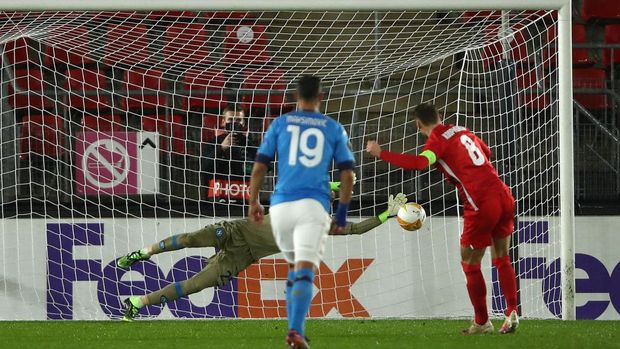 ALKMAAR, NETHERLANDS - DECEMBER 03: David Ospina of S.S.C. Napoli saves a penalty from Teun Koopmeiners of Alkmaar Zaanstreek during the UEFA Europa League Group F stage match between AZ Alkmaar and SSC Napoli at AFAS-Stadium on December 03, 2020 in Alkmaar, Netherlands. Sporting stadiums around Netherlands remain under strict restrictions due to the Coronavirus Pandemic as Government social distancing laws prohibit fans inside venues resulting in games being played behind closed doors. (Photo by Dean Mouhtaropoulos/Getty Images)