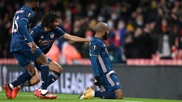 LONDON, ENGLAND - DECEMBER 03: Alexandre Lacazette of Arsenal celebrates with Mohamed Elneny and Ainsley Maitland-Niles after scoring their team's first goal during the UEFA Europa League Group B stage match between Arsenal FC and Rapid Wien at Emirates Stadium on December 03, 2020 in London, England. A limited number of fans are welcomed back to stadiums to watch elite football across England. This was following easing of restrictions on spectators in tiers one and two areas only. (Photo by Mike Hewitt/Getty Images)