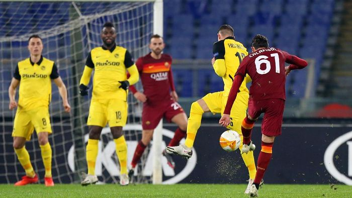 ROME, ITALY - DECEMBER 03: Riccardo Calafiori of Roma scores their teams second goal during the UEFA Europa League Group A stage match between AS Roma and BSC Young Boys at Stadio Olimpico on December 03, 2020 in Rome, Italy. Sporting stadiums around Italy remain under strict restrictions due to the Coronavirus Pandemic as Government social distancing laws prohibit fans inside venues resulting in games being played behind closed doors. (Photo by Paolo Bruno/Getty Images)