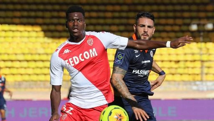 Monacos Benoit Badiashile (L) vies with Montpelliers Andy Delort(R) during the French L1 football match between AS Monaco vs Montpellier Herault SC at the