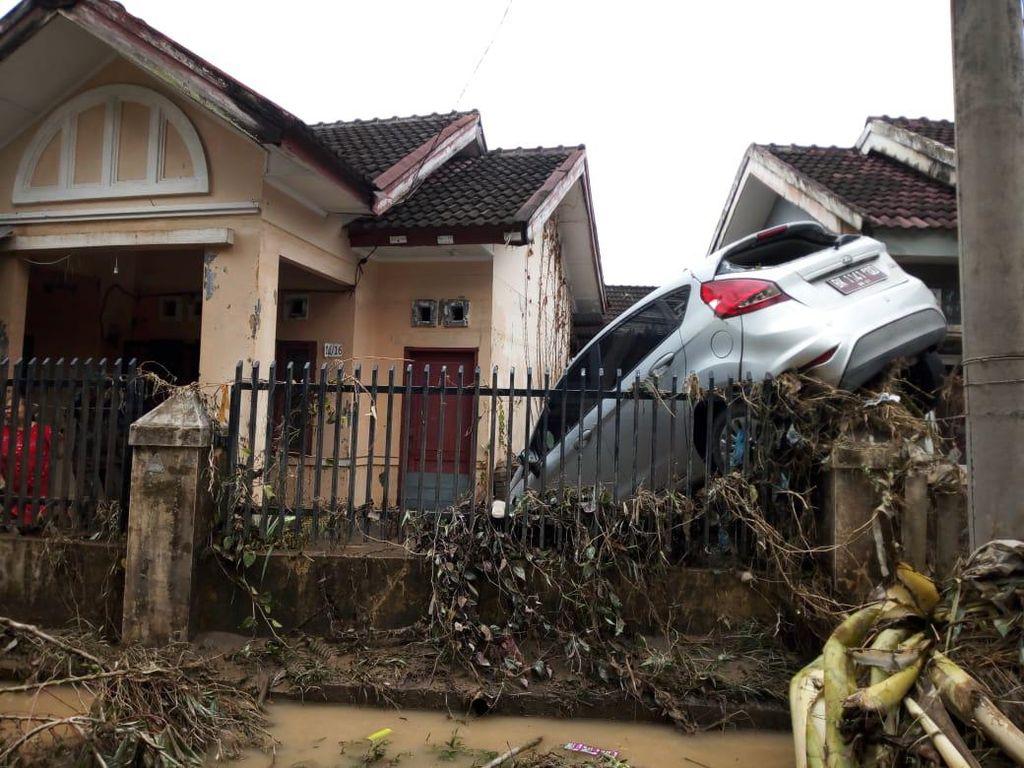 Mobil Nyangkut di Pagar, Begini Ngerinya Efek Banjir Medan
