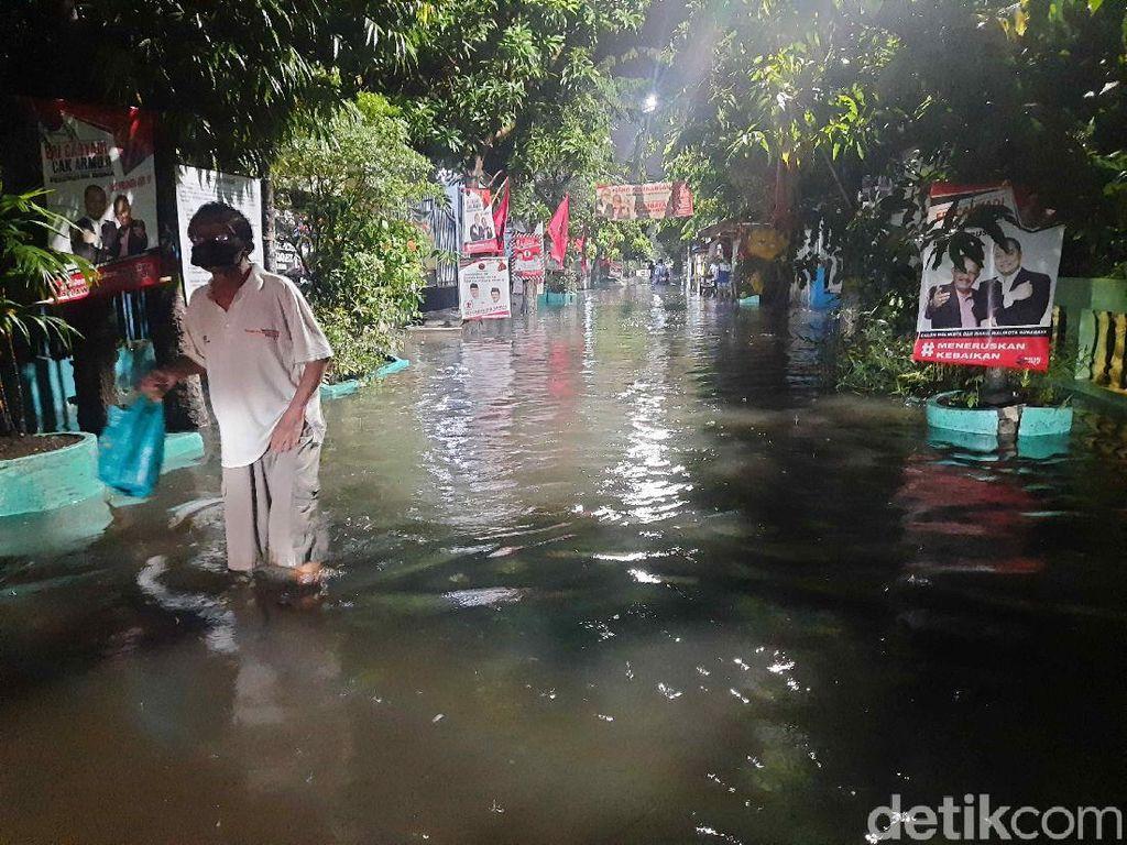 Hujan Lebat di Surabaya Rendam Kawasan Petemon, Warga: Sudah Langganan