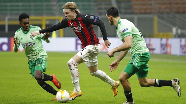 AC Milan's Jens Petter Hauge, center, is challenged by Celtic's Jeremie Frimpong, left, and Celtic's Hatem Abd Elhamed during the Europa League, Group H, soccer match between AC Milan and Celtic at the San Siro Stadium, in Milan, Italy, Thursday, Dec. 3, 2020. (AP Photo/Antonio Calanni)