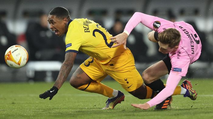 LINZ, AUSTRIA - DECEMBER 03: Steven Bergwijn of Tottenham Hotspur is fouled by Philipp Wiesinger of LASK and a penalty is later awarded during the UEFA Europa League Group J stage match between LASK and Tottenham Hotspur at Linzer Stadion on December 03, 2020 in Linz, Austria. Sporting stadiums around Austria remain under strict restrictions due to the Coronavirus Pandemic as Government social distancing laws prohibit fans inside venues resulting in games being played behind closed doors. (Photo by Alexander Hassenstein/Getty Images)
