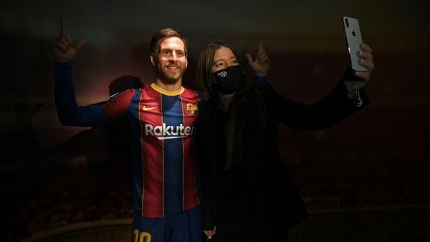 A picture shows a wax statue of Barcelona's Argentinian forward Lionel Messi during the inauguration of the remodeled Wax Museum in Barcelona on December 3, 2020. (Photo by LLUIS GENE / AFP)