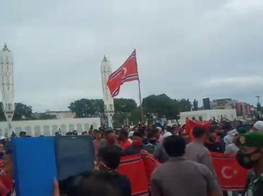Milad GAM, Massa Sempat Kibarkan Bendera Bulan Bintang di Masjid Baiturrahman