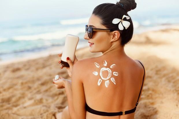 Menggunakan sunscreen