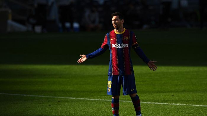 BARCELONA, SPAIN - NOVEMBER 29: Lionel Messi of Barcelona reacts during the La Liga Santander match between FC Barcelona and C.A. Osasuna at Camp Nou on November 29, 2020 in Barcelona, Spain. Sporting stadiums around Spain remain under strict restrictions due to the Coronavirus Pandemic as Government social distancing laws prohibit fans inside venues resulting in games being played behind closed doors. (Photo by David Ramos/Getty Images)