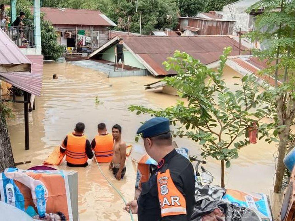 Banjir Medan Seatap Rumah, Brimob Turunkan Tim Evakuasi Warga