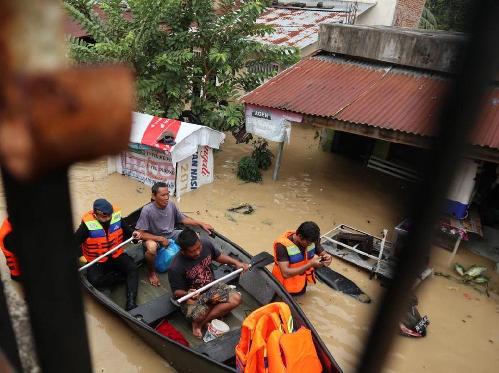 Evakuasi 2 Warga Medan yang Terjebak Banjir di Atap Rumah