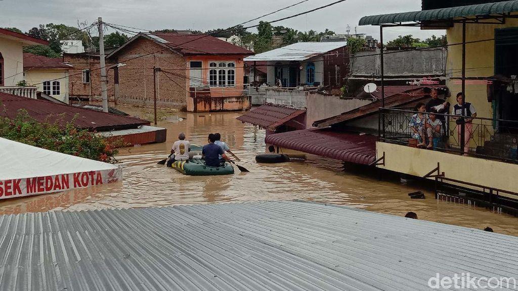 Potret Banjir Seatap Rumah di Medan