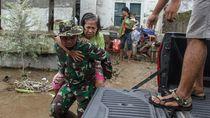 Relawan-TNI Evakuasi Warga Terdampak Banjir Medan