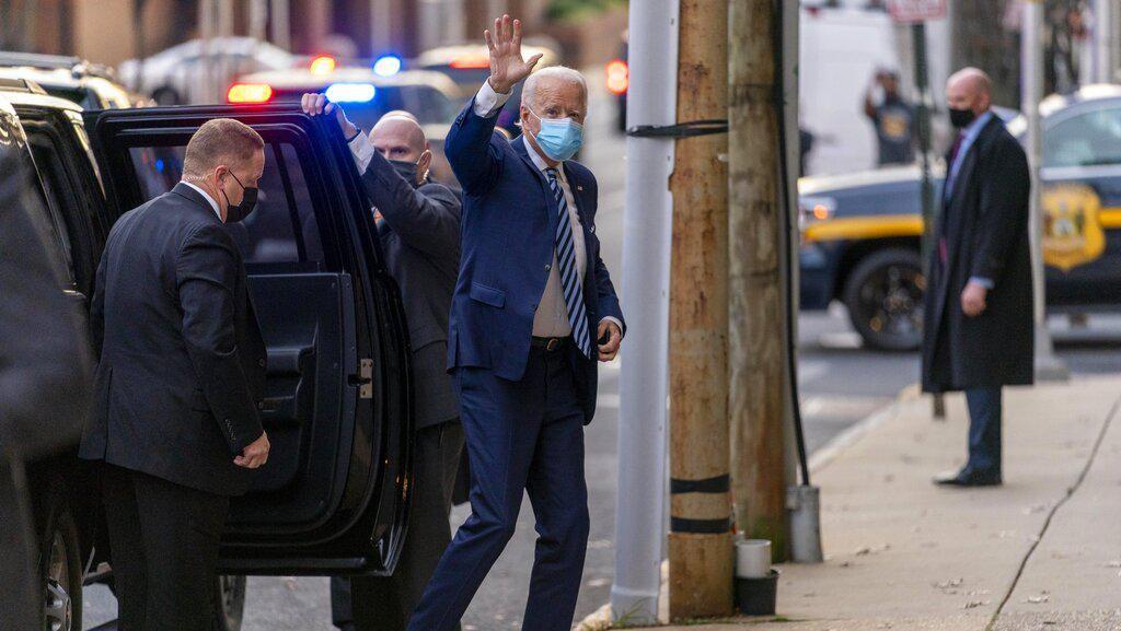 Foto: Joe Biden Pakai Sepatu Beda Sebelah, Gayanya Jadi Sorotan