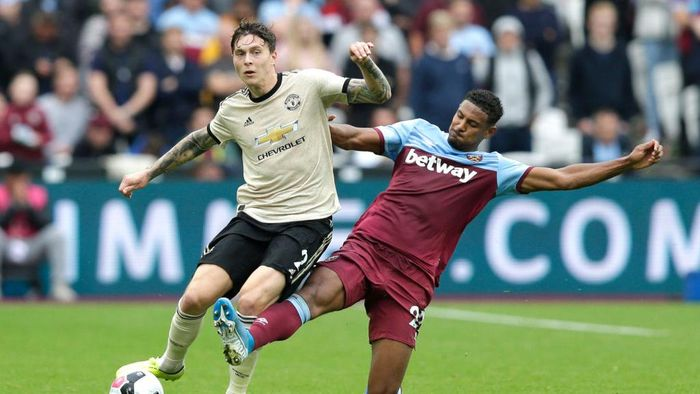 LONDON, ENGLAND - SEPTEMBER 22: Victor Lindelof of Manchester United is tackled by Sebastien Haller of West Ham United during the Premier League match between West Ham United and Manchester United at London Stadium on September 22, 2019 in London, United Kingdom. (Photo by Henry Browne/Getty Images)