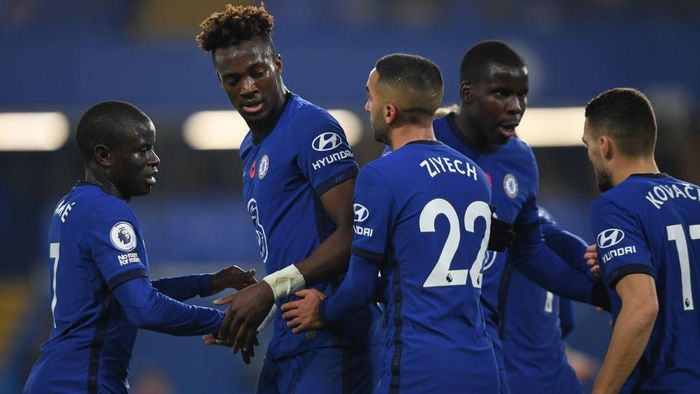 LONDON, ENGLAND - NOVEMBER 07: Tammy Abraham of Chelsea (2nd left) celebrates with team mates after scoring his teams first goal during the Premier League match between Chelsea and Sheffield United at Stamford Bridge on November 07, 2020 in London, United Kingdom. Sporting stadiums around the UK remain under strict restrictions due to the Coronavirus Pandemic as Government social distancing laws prohibit fans inside venues resulting in games being played behind closed doors. (Photo by Mike Hewitt/Getty Images)