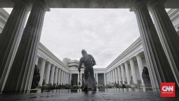 Petugas Palang Merah Indonesia (PMI) Jakarta Pusat melakukan penyemprotan dengan cairan  disinfektan di Museum Nasional, Jakarta, Sabtu, 5 Desember 2020. Upaya antisipasi penularan  Covid-19 terus dilakukan, seperti penyemprotan secara berkala di tempat-tempat umum yang dikunjungi masyarakat. CNN Indonesia/ Adhi Wicaksono