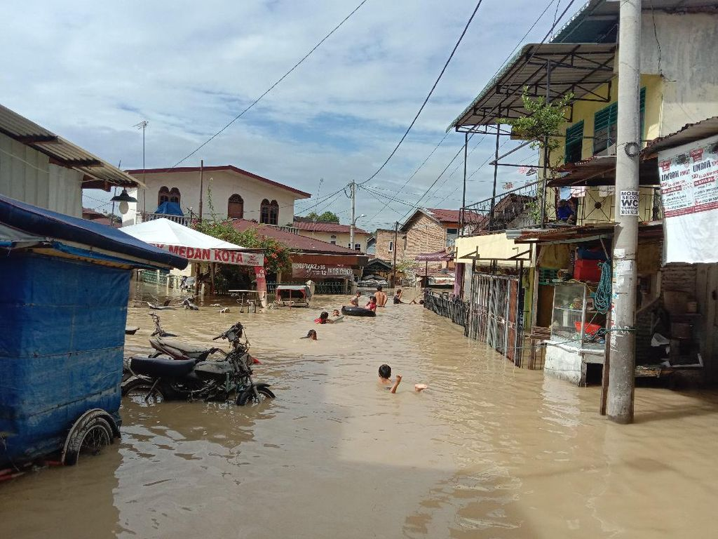Hari Kedua Banjir di Medan Belum Surut, Warga Masih Mengungsi