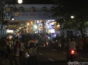 Bandung Zona Merah, Warga Tetap Berkerumun di Alun-alun