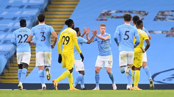 MANCHESTER, ENGLAND - DECEMBER 05: Kevin De Bruyne of Manchester City celebrates with teammate Raheem Sterling after scoring his teams second goal during the Premier League match between Manchester City and Fulham at Etihad Stadium on December 05, 2020 in Manchester, England. The match will be played without fans, behind closed doors as a Covid-19 precaution. (Photo by Michael Regan/Getty Images)