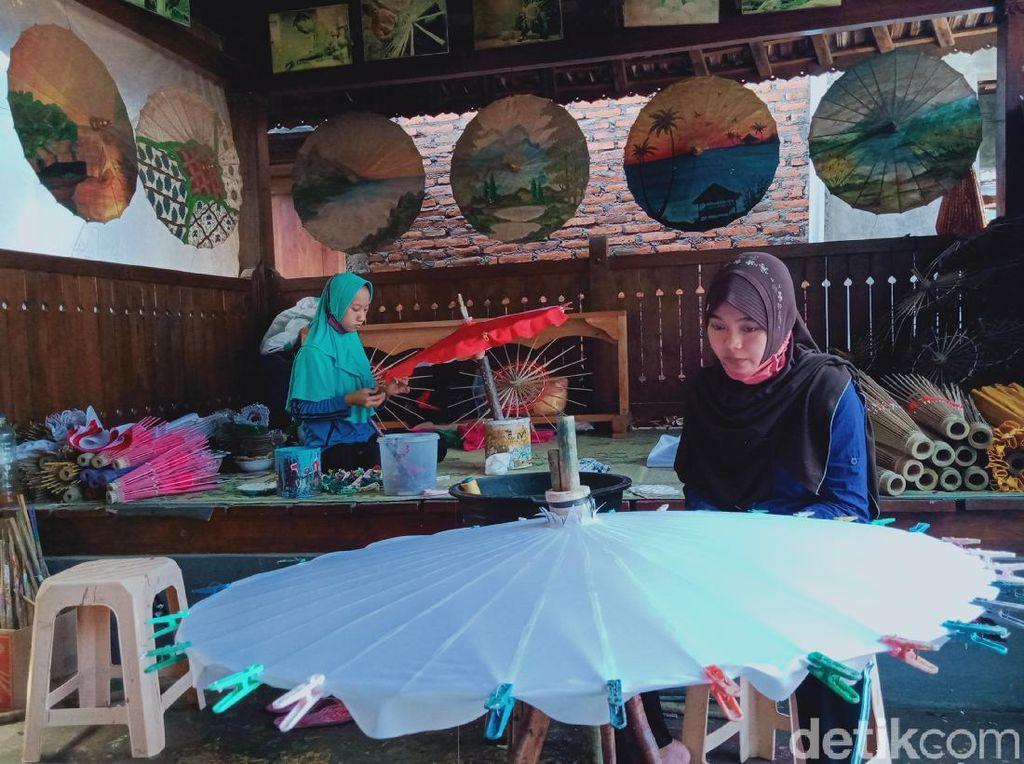 Perajin Payung Lukis Bertahan di Tengah Pandemi Tanpa Bantuan