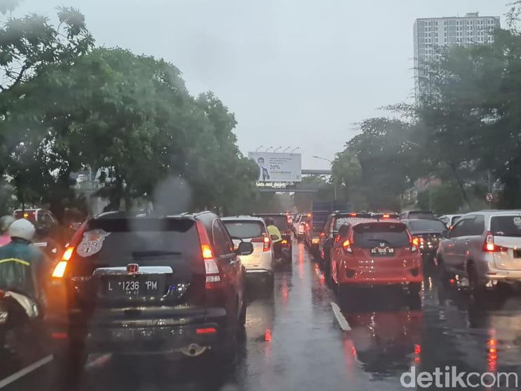 Tiga Pohon Tumbang Bikin Macet Parah Jalan Ahmad Yani Surabaya