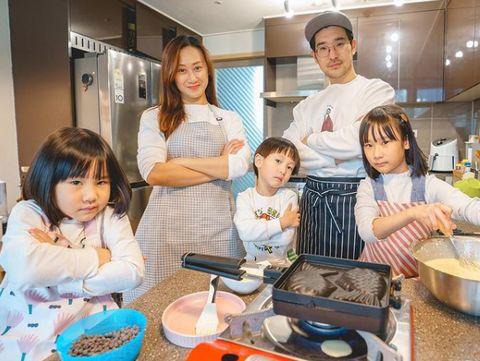 Lagi-lagi potret mereka memasak bersama. Sunji, Yunji, dan Jio juga Papa Jay bergaya ala ala menunggu masakan yang sedang mereka masak yaitu Bungeoppang salah satu makanan khas Korea. Kompak dan seru banget yah…/Instagram/@kimbabfamily.official