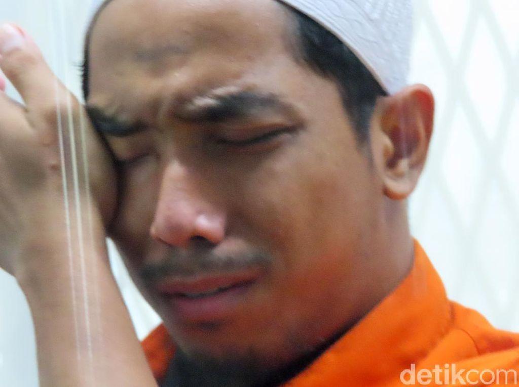 Ustaz Maaher Nangis Ingin Cium Tangan Habib Luthfi
