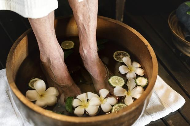 Untuk membuat pengalaman pedikur kuku dirumah semakin menyenangkan, isi baskom dengan air hangat.