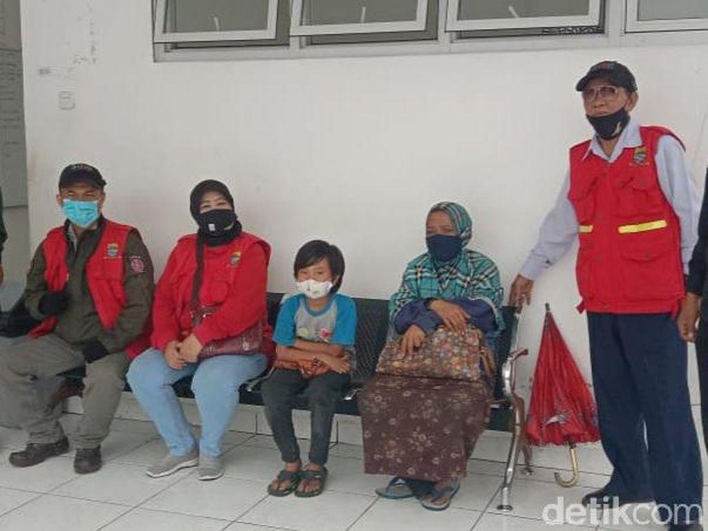 Kisah Haru Bocah Pemulung Kerjakan Tugas Sekolah di Trotoar Bandung