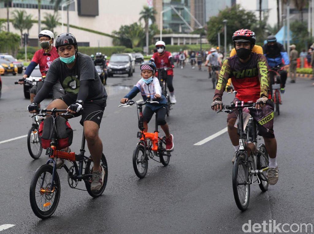 Pesepeda Penuhi Kawasan Bundaran HI di Hari Terakhir Long Weekend