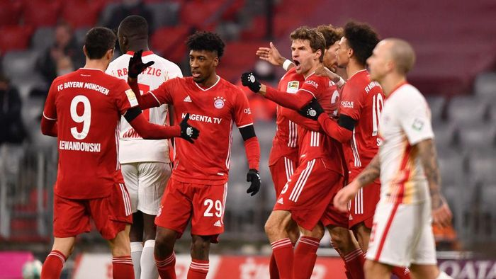 MUNICH, GERMANY - DECEMBER 05: Thomas Mueller of FC Bayern Munich celebrates with teammates Leon Goretzka, Leroy Sane, Kingsley Coman and Robert Lewandowski after scoring his teams second goal during the Bundesliga match between FC Bayern Muenchen and RB Leipzig at Allianz Arena on December 05, 2020 in Munich, Germany. Football Stadiums around Germany remain empty due to the Coronavirus Pandemic as Government social distancing laws prohibit fans inside venues resulting in fixtures being played behind closed doors. (Photo by Lukas Barth-Tuttas - Pool/Getty Images)