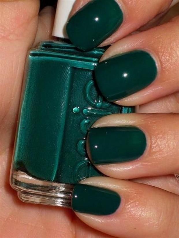 Langkah terakhir dan paling penting adalah mengecat kuku menggunakan nail polish.