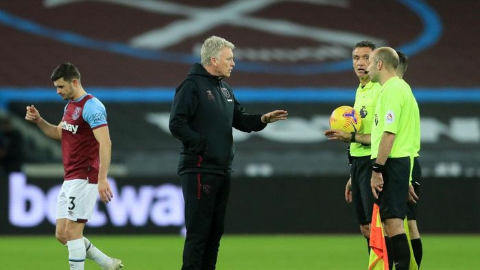LONDON, ENGLAND - DECEMBER 05: David Moyes, Manager of West Ham United speaks with Referee Andre Marriner following during the Premier League match between West Ham United and Manchester United at London Stadium on December 05, 2020 in London, England. A limited number of fans are welcomed back to stadiums to watch elite football across England. This was following easing of restrictions on spectators in tiers one and two areas only. (Photo by Adam Davy - Pool/Getty Images)