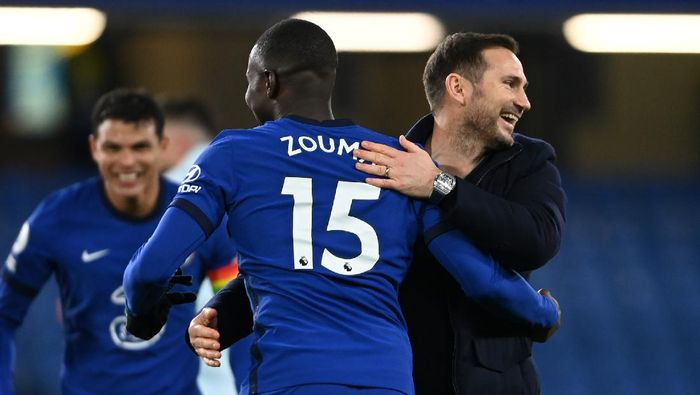 LONDON, ENGLAND - DECEMBER 05: Frank Lampard, Manager of Chelsea reacts with Kurt Zouma following the Premier League match between Chelsea and Leeds United at Stamford Bridge on December 05, 2020 in London, England. A limited number of fans are welcomed back to stadiums to watch elite football across England. This was following easing of restrictions on spectators in tiers one and two areas only. (Photo by Mike Hewitt/Getty Images)