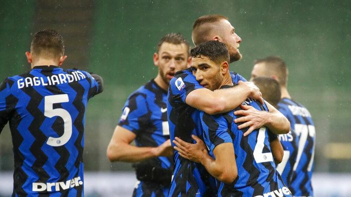 Inter Milans Achraf Hakimi, right, celebrates with his teammates after he scored his sides second goal during a Serie A soccer match between Inter Milan and Bologna, at Milans San Siro Stadium, Saturday, Dec. 5, 2020. (AP Photo/Antonio Calanni)
